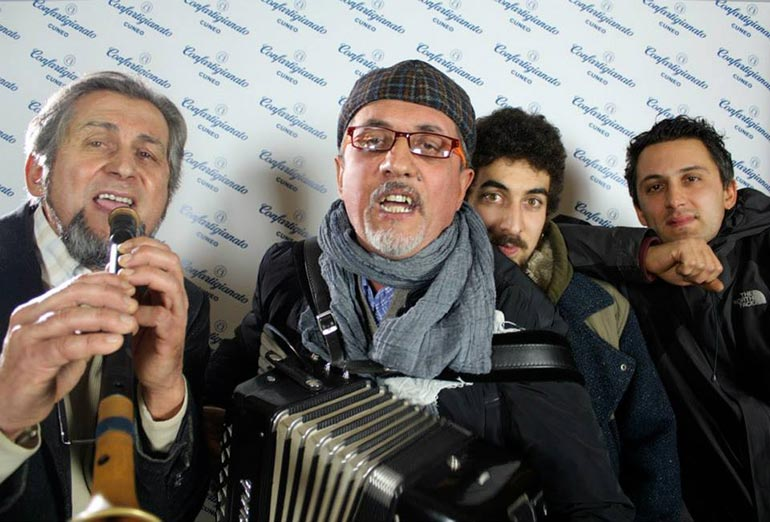 Tacabanda! Da sinistra: Gino col piffero, Ivano con la fisarmonica, Bernardo ed Emiliano