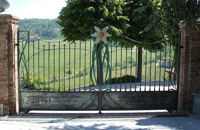 Cancello e cancellata con fiori-0