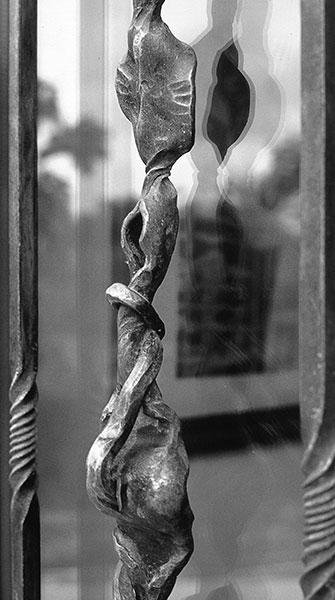 Porta in legno e ferro di Casa Carretta-2