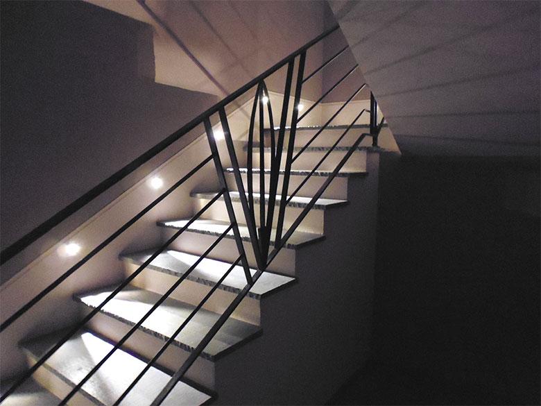 Scala e balcone con piuma-0