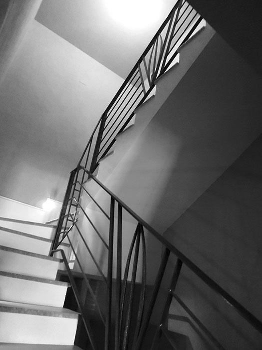 Scala e balcone con piuma-2